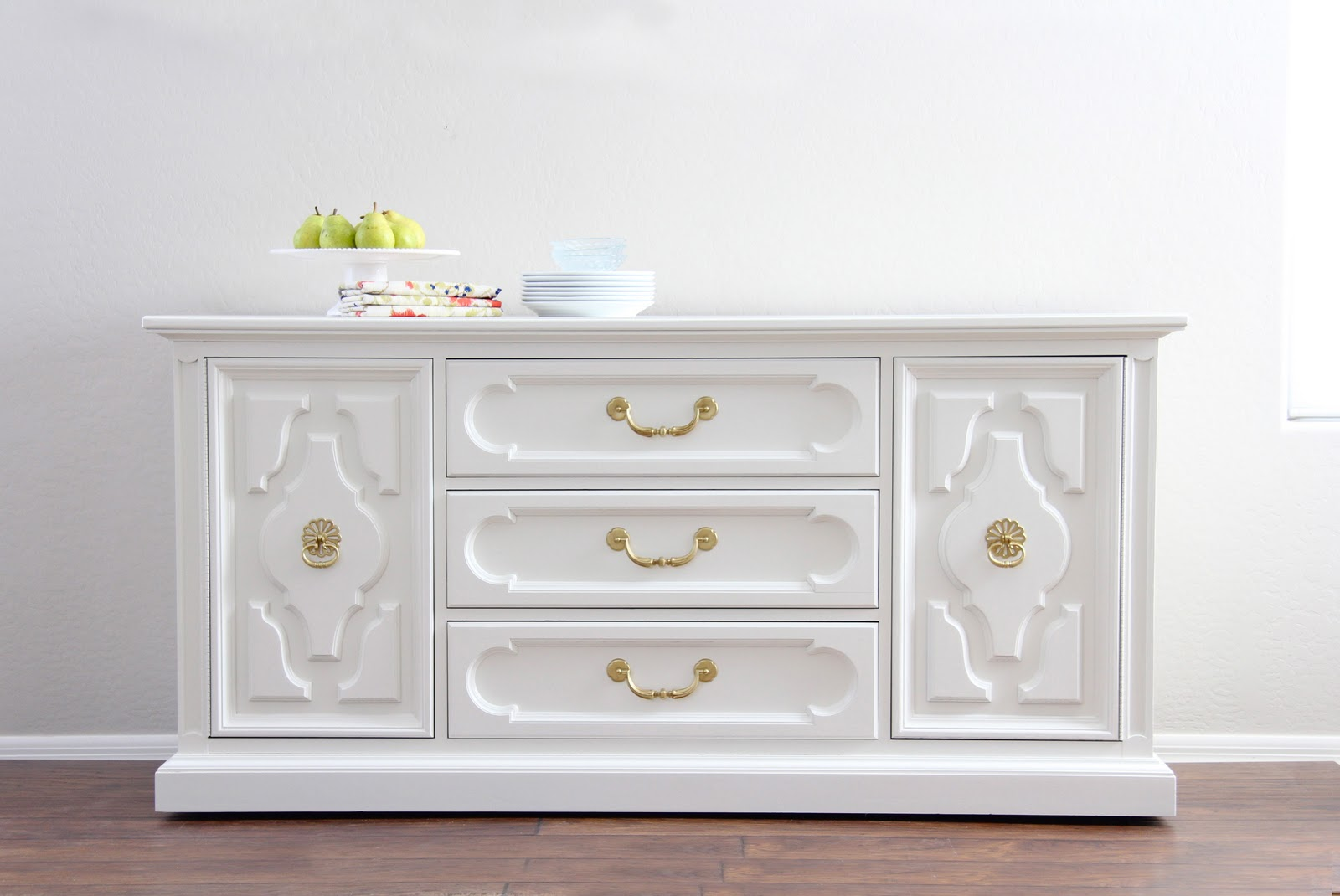 Nice white furniture console painted with white dove from benjamin moore. 16 favorite furniture  paint nztccdv